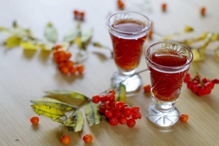 Рябиновый спотыкач, классический рецепт на основе самогона в домашних условиях